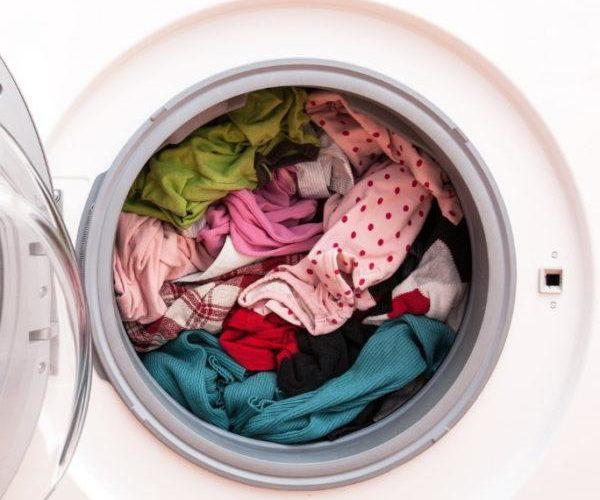 Пятна исчезнут, если вы добавите в стиральную машину следующее