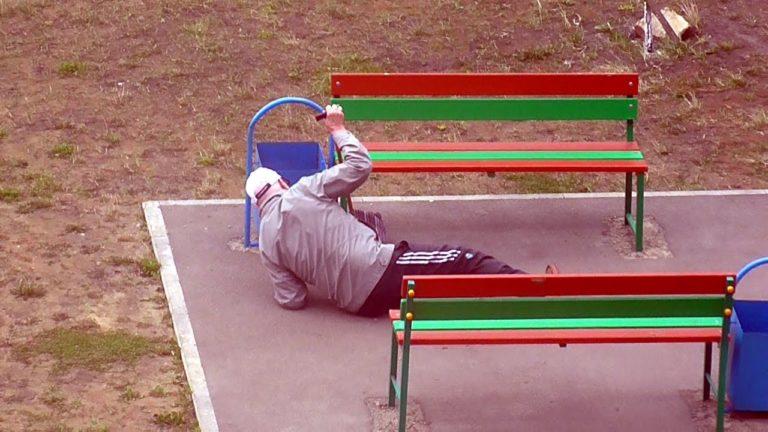 Старик лежал на асфальте, но никто из окружающих даже не собирался ему помочь