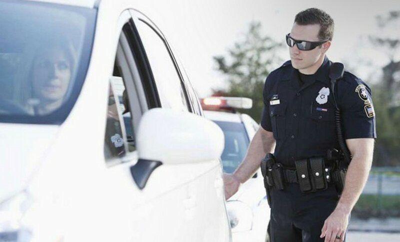 Почему американские полицейские должны прикасаться к задней фаре остановленной машины?