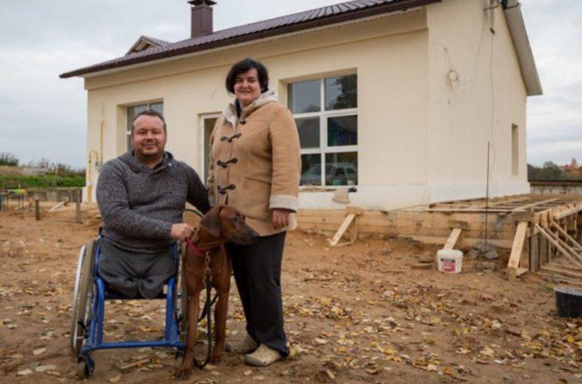 Мужчина в инвалидной коляске самостоятельно перестроил заброшенное помещение в уютный дом