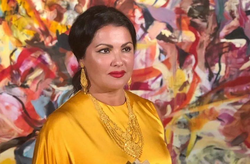 «Русский стиль»: Анна Нетребко в алом пальто и платке на голове посетила Красную площадь